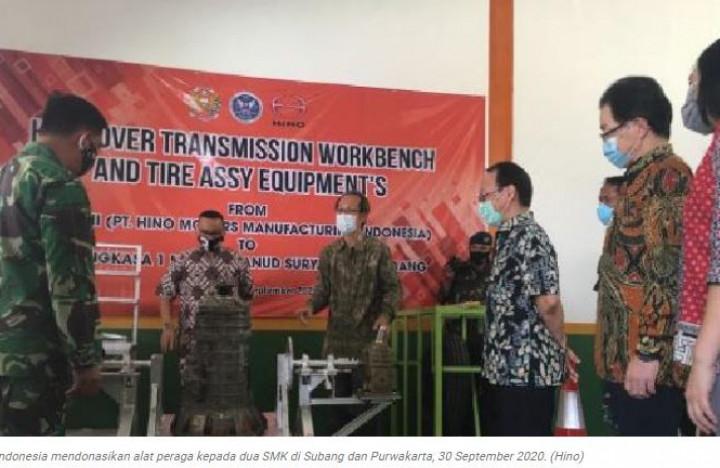 Hino Donasikan Alat Peraga ke SMK di Subang dan Purwakarta